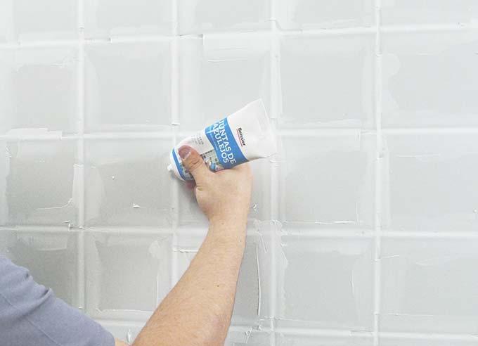 Renovar f cilmente juntas de cocina y ba o bricopared - Como pintar las juntas del piso ...