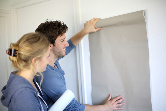 ¿Cómo colocar papel pintado en una pared?