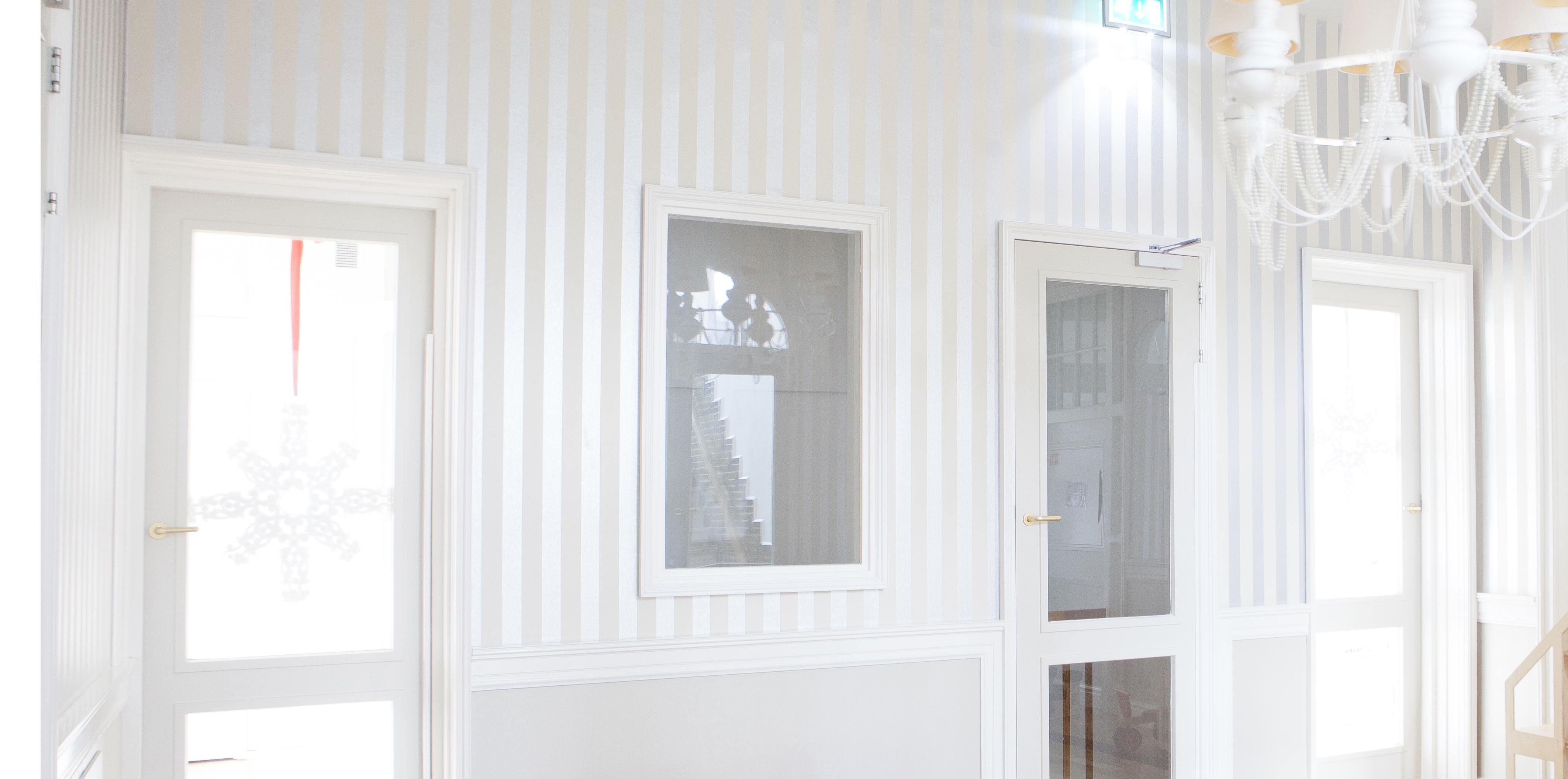 ¿Tengo que lijar antes de pintar una puerta mal lacada?