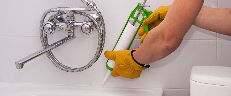 Aplicación de silicona en juntas de baño