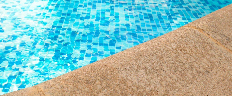 Reparar los accesos de una piscina con Aguaplast Obrafácil