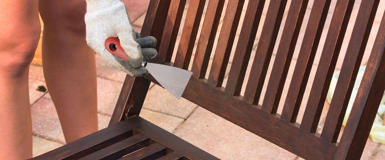 Reparar desperfectos en una silla de jardín con Aguaplast Madera