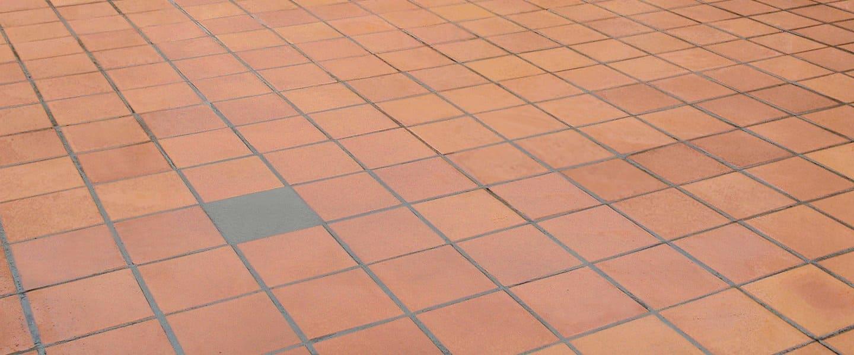 Reparar o sustituir una baldosa de terraza rota o desprendida
