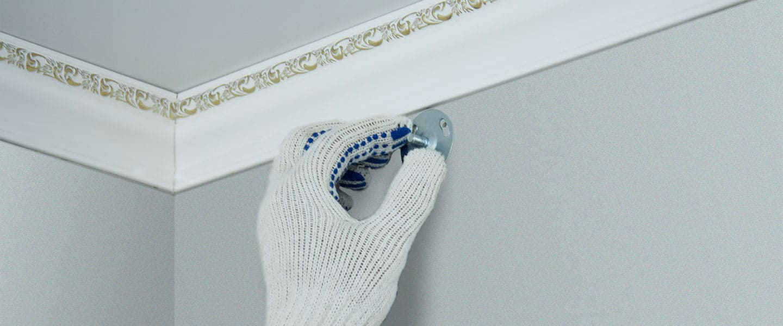Reparación de un raíl de cortina desprendido