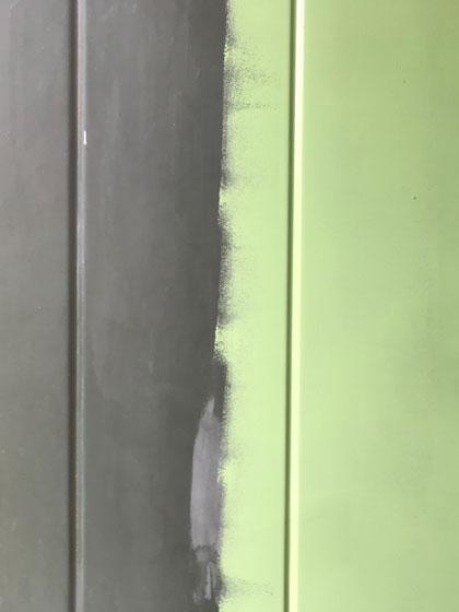 dos tonos de color en puerta